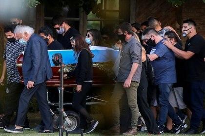Maradona fue enterrado junto a sus padres en un cementerio privado de Bella Vista (Foto: REUTERS)
