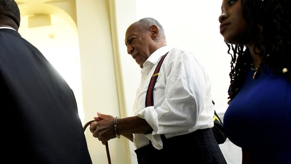 Bill Cosby salió esposado de una corte de Pensilvania tras escuchar la condena a prisión (Reuters)