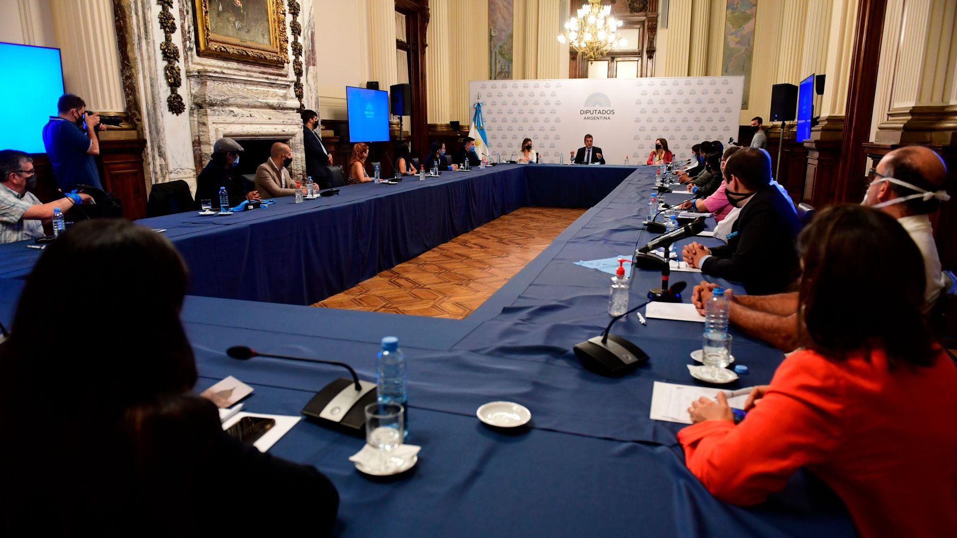 reunion diputados Sergio Massa con pañuelos Celestes