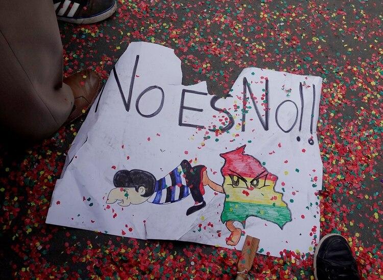 """""""No es no"""", uno de los carteles que se vio en las manifestaciones (Reuters)"""