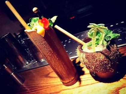 Los vasos de cocktails hechos en bambú y coco