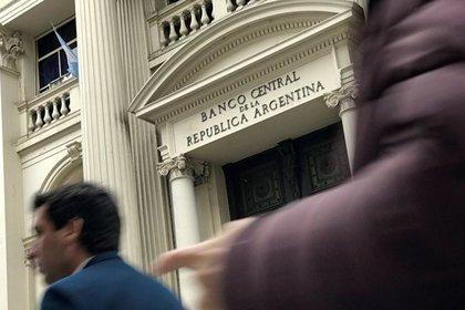 El Banco Central vendió USD 30 millones para abastecer la demanda en el mercado de cambios. Con los USD 60 millones vendidos ayer, lleva gastados USD 90 millones en lo que va de la semana para frenar el alza de la divisa