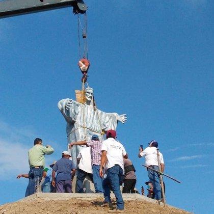 Se necesitaron una docena de hombres y una grúa para colocarla (Foto: Travesia Azteca)