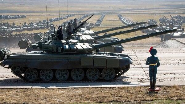 Tanques rusos durante las maniobras iniciadas este martes (AFP)
