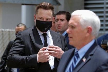 Elon Musk junto al vicepresidente de EEUU, Mike Pence, en el intento postergado del miércoles 27