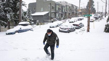 John Kramer camina por la calle 42 en Seattle, Washington.