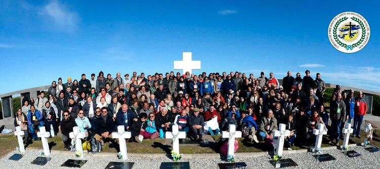 Familiares de caídos en combate, en el cementerio de Darwin ( Foto Asoc. Familiares)