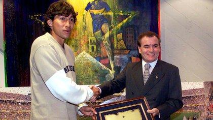 Bermúdez recibe una plaqueta de parte de Goyo Zidar, dirigente de Boca, antes de su partida a Olympiakos de Grecia en 2001 (Foto Baires)