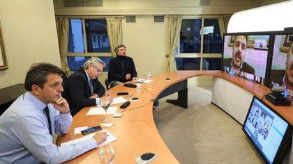 Alberto Fernández, flanqueado por Sergio Massa y Máximo Kirchner, en videoconferencia con legisladores de JxC.