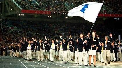 Miembros de las delegaciones de Corea del Sur y Corea del Norte llevan la bandera de la península coreana durante los JJ.OO. de Sidney en el año 2000