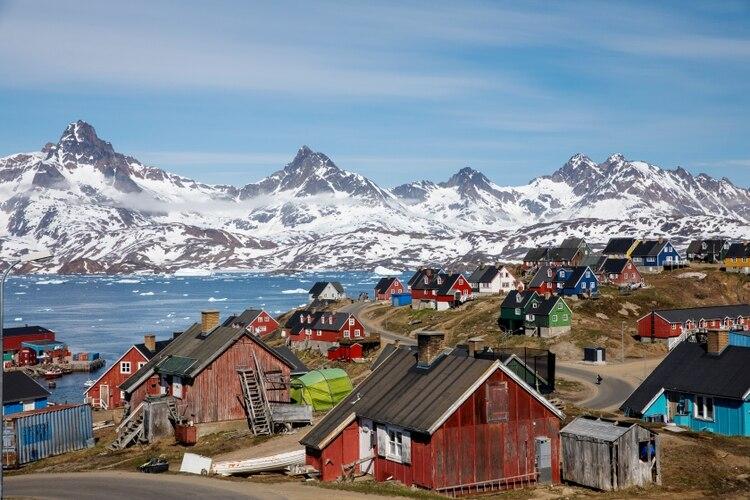 Montañas cubiertas de nieve se elevan sobre el puerto y la ciudad de Tasiilaq, en Groenlandia (REUTERS/Lucas Jackson)