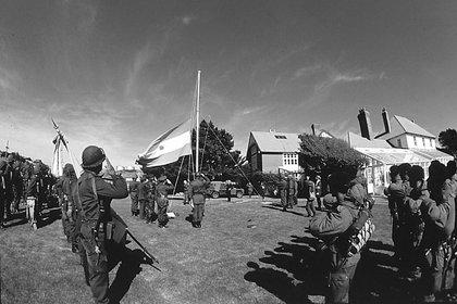 Cerca del mediodía del 2 de abril las tropas argentinas izan por primera vez la bandera argentina. Tres días más tarde la flota británica parte de Portsmouth hacia el Atlántico Sur (Rafael Wollmann)