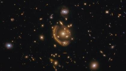 Esta imagen, tomada con el telescopio espacial Hubble de la NASA/ESA, muestra la galaxia GAL-CLUS-022058s, ubicado en la constelación del hemisferio sur de Fornax (The Furnace)