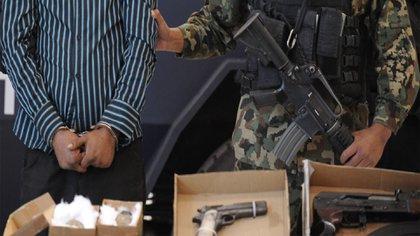 Elementos lo arrestaron junto con otros cinco miembros de la organización criminal (Foto: Cuartoscuro)