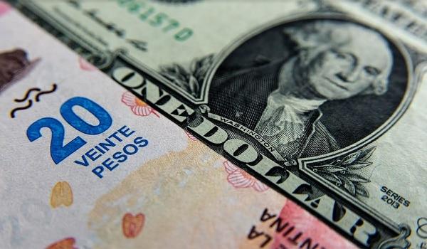El dólar asciende 10,1% en 2018 y le saca un poco de ventaja a la inflación