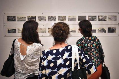 La muestre contiene obras de artistas como Marta Minujin, Liliana Porter, Alicia Herrera, Liliana Maresca y Louise Bourgeois entre muchas otras, agrupadas por temas como la materialidad, el espacio, lenguaje y cuerpo