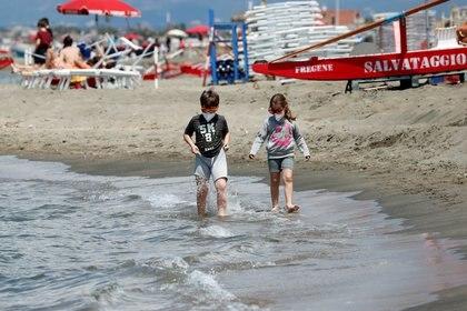 Dos niños caminan por la playa (REUTERS/Remo Casilli)