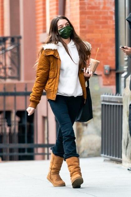 Una vez más, Suri, la hija de Tom Cruise y  Katie Holmes, no pudo escapar de los paparazzi que la captaron tomando un café  y caminando por las calles de Nueva York