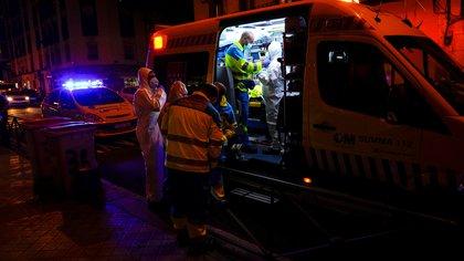 Madrid Emergency Service (SUMMA) UVI-8 unit's members wearing full protective gear prepare to treat a patient amid the coronavirus disease (COVID-19) outbreak in Madrid, Spain, October 19, 2020. Picture taken October 19, 2020. REUTERS/Juan Medina