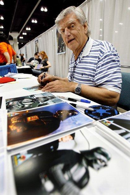 """FOTO DE ARCHIVO: El actor David Prowse, quien encarnó a Darth Vader en la trilogía original de la saga Star Wars, firmando autógrafos durante el evento """"Star Wars Celebration IV"""" celebrado Los Ángeles, estado de California, Estados Unidos, el 24 de mayo de 2007. REUTERS/Mario Anzuoni"""