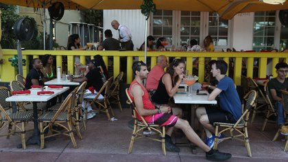 Un restaurante en Ocean Drive (Joe Raedle/AFP)