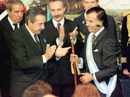 Carlos Menem y Raúl Alfonsín protagonizaron la primera sucesión presidencial entre dos mandatarios constitucionales desde 1928 y la primera entre presidentes de diferentes partidos desde 1916
