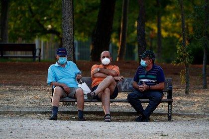 Ciudadanos de Madrid, con mascarillas en el parque Las Cruces (Reuters)