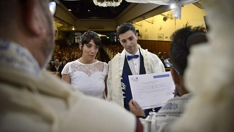 Una de las copias del certificado de matrimonio queda en el templo y el original lo conserva el flamante matrimonio