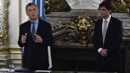 El ex presidente Mauricio Macri junto al ex ministro de Economía Hernán Lacunza que anunció el reperfilamiento de la deuda pública. (Adrián Escandar)