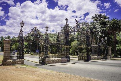 Con imponentes rejas y un verde que lo rodea, es el más antiguo e imponente de la ciudad (Shutterstock)