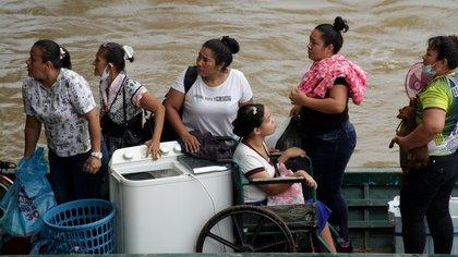 Gran parte de los venezolanos que huyen de los combates en la frontera desean regresar a su país: Migración Colombia