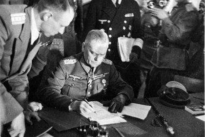 Un día después el general Wilhelm Keitel firma un documento similar en Berlín