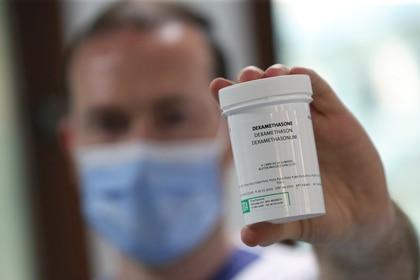 Un farmacéutico muestra una caja de dexametasona en el Hospital Erasme en medio del brote de la enfermedad por coronavirus (COVID-19), en Bruselas, Bélgica (Reuters)