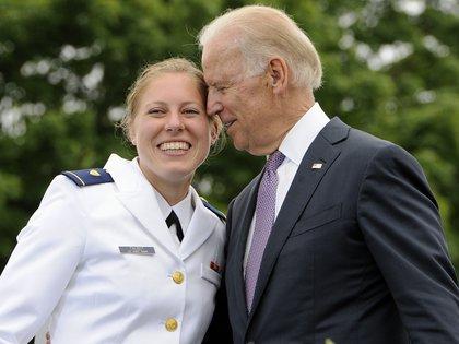 La oficial Erin Talbot, a la izquierda, posa para la fotografía con el vicepresidente Joe Biden durante la ceremonia de graduación de la Academia de la Guardia Costera de Estados Unidos en New London, Connecticut, en mayo de 2013 (AP Foto/Jessica Hill)