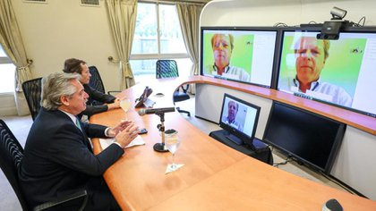 El presidente Alberto Fernández conversa con el vicepresidente del Banco Mundial, Axel Trotsenburg.