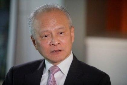 FOTO DE ARCHIVO: El embajador de China en Estados Unidos, Cui Tiankai, responde a las preguntas de los periodistas durante una entrevista con Reuters en Washington. 6 de noviembre de 2018. REUTERS/Jim Bourg