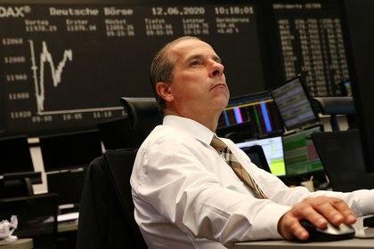 Un corredor de bolsa mira sus pantallas durante una sesión de negociación en la Bolsa de Frankfurt, mientras los mercados reaccionan ante la enfermedad del coronavirus (COVID-19), Alemania, 12 de junio de 2020. (REUTERS / Kai Pfaffenbach)