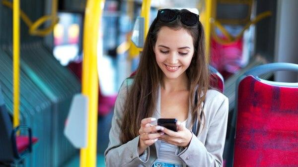 ¿En el tranporte público? Ni paisajes ni arquitectura para mirar en el camino, si está el teléfono. (Getty)