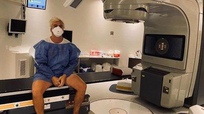 Cuando comenzó el tratamiento, Fede compartió una foto de la máquina en la cual le realizan los rayos (@balfederico)