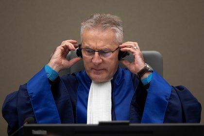 El juez presidente Robert Fremr se prepara para leer la sentencia contra el comandante de la milicia congoleña Bosco Ntaganda, el 7 de noviembre de 2019 (Peter Dejong/Pool vía REUTERS)