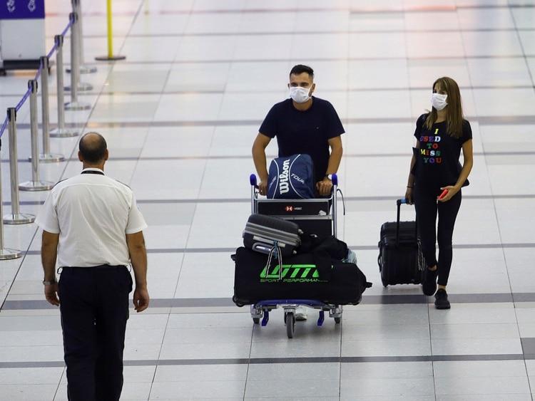 En Ezeiza algunos pasajeros bajan de los vuelos con los barbijos puestos (REUTERS/Matias Baglietto)