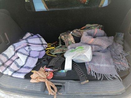 Un arma y varios cartuchos fueron encontrados en un vehículo (Foto: SSP Sinaloa)