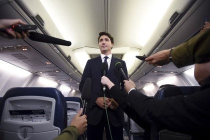 El primer ministro canadiense y líder del Partido Liberal, Justin Trudeau, hace declaraciones a reporteros que lo acompañaban a un acto de campaña cuando iban en un avión en Halifax, Nueva Escocia, el miércoles 18 de septiembre de 2019. (Sean Kilpatrick/The Canadian Press vía AP)