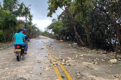 Una pareja transita por una v�a afectada por el paso del hurac�n Iota este martes, en San Andr�s (Colombia). EFE/ Juan David Su�rez Corpas