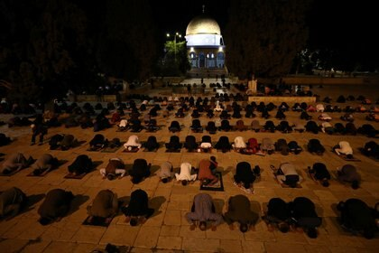 Fieles rezan frente al Domo de la Roca (REUTERS/Ammar Awad)
