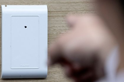 Una cámara oculta en una pared de una habitación (AFP)