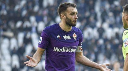 Capitán del club italiano, llegó a River desde Olimpo. En 2015 fue traspasado al Real Betis y en 2017 fue cedido a la Fiorentina. Es internacional con la selección argentina