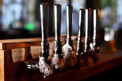 Los pubs y bares de buena parte del mundo permanecen cerrados y no se sabe cuando reabrirán sus puertas.