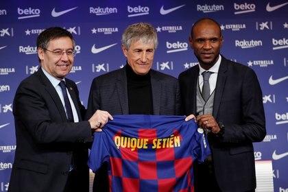 Quique Setién, nuevo entrenador del FC Barcelona, posa junto a los directivos Josep Maria Bartomeu y Eric Abidal (REUTERS)