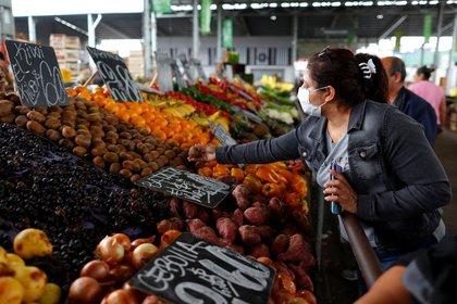 Una mujer que usa un barbijo como medida preventiva contra el coronavirus (COVID-19) realiza compras en el Mercado Central del alimentos, en La Matanza, en las afueras de Buenos Aires, Argentina 1 de abril, 2020. REUTERS/Agustin Marcarian